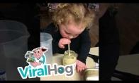 Mergaitė atsigėrė maltų česnakų gėrimo
