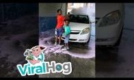 Vaikas nenulaikė žarnos automobilių plovykloje