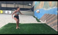 Merginos treniruotė su siena