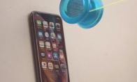 iPhone Xs prieš plastikinį YoYo
