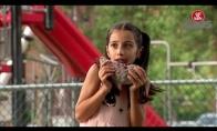 Mergaitė valgo žiurkę