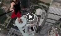 Ši mergina drąsiai laipioja dangoraižiais