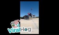 Motociklininkas peršoka per skrendantį lėktuvą