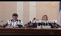 Merginos prie mikrofono mėmė