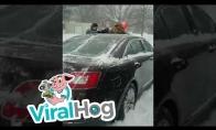 Tėvas naudojasi sūnumi kad nuvalytų automobilį