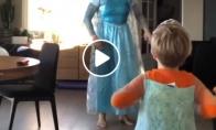 Kai mamos nėra namuose: Let it go šokis su dukra