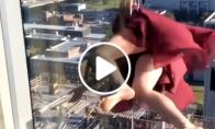 Mergina linksminasi kabėdama 17-ame aukšte