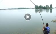 Vyriškis pagauna neeilinę žuvį