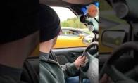 Sunkvežimis nustebina sportinį automobilį