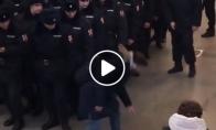 Būrys policininkų nesureaguoja į ginklą
