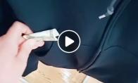 Vaikinas įdeda pinigų į atsitiktinius daiktus parduotuvėse