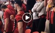 Tėtis žiūri futbolą, mergytė animacinius filmukus