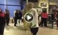 Vaikinas šoka su šuniu vakarėlyje