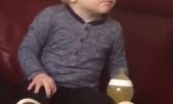 Vaikis pradeda rėkti žiūrėdamas į monstrus