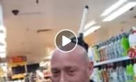 Mergina uždeda tualeto pompą savo vaikinui ant galvos