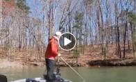 Žvejys šoka į vandenį, kad išsitrauktų savo laimikį