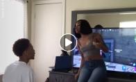 Mergina erzina vaikiną, kuris žaidžia Fortnite