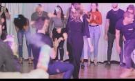 Netikėtas pasipiršimas šokio metu