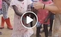 Mergina linksmina vaikus