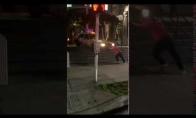 Taksi, užstrigęs ant laiptų