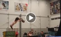 Akrobatai demonstruoja išradingus šuolius