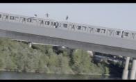 Bebaimiai vaikinai nušoka nuo važiuojančio traukinio