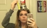Mergina balansuoja daiktus sau ant galvos