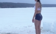 Sniego karalienė lediniame vandenyje