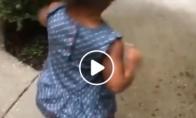 Maža mergaitė išbando aukštakulnius