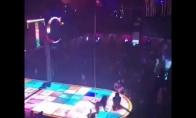 Striptizo šokėja nukrito nuo 6 metrų stulpo, tačiau nepasimetė ir pratęsė šokį