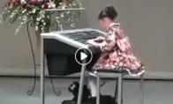 Mergaitė groja melodiją lyg iš kokio žaidimų filmuko
